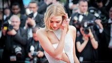 Модель Карли Клосс на церемонии открытия Каннского кинофестиваля