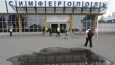 Пассажиры возле входа в здание аэропорта в Сиферополе. Архивное фото