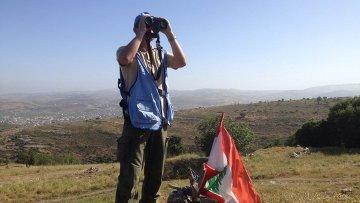Наблюдатель в составе миссии ООН смотрит в сторону израильской границы. Архивное фото