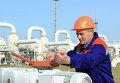 Рабочий на газопроводе