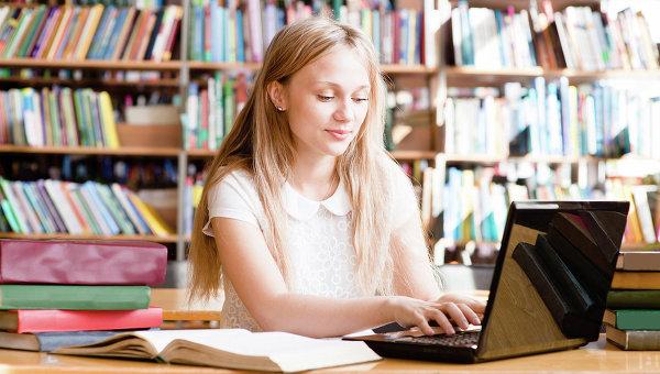 Студент за компьютером в библиотеке. Архивное фото