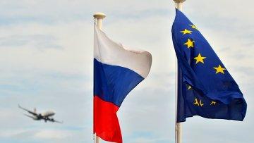 Флаги России, ЕС, Франции и герб Ниццы на набережной Ниццы