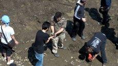 Тбилисцы руками расчищали заваленную мусором дорогу после наводнения