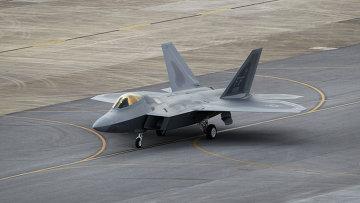 Истребитель ВВС США F-22 Raptor на авиабазе Окинавы, Япония, архивное фото