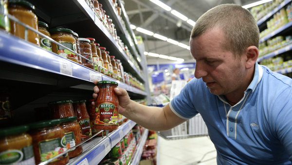 Овощные консервы фирмы Верес производства Украины в одном из супермаркетов Москвы. Архивное фото