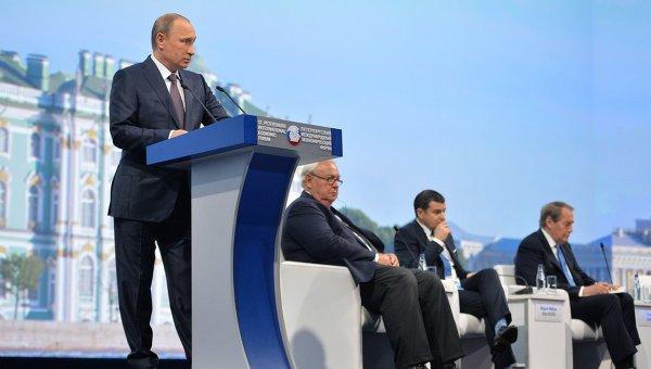 Президент России Владимир Путин выступает на панельной дискуссии в ходе пленарного заседания XIX Петербургского экономического форума