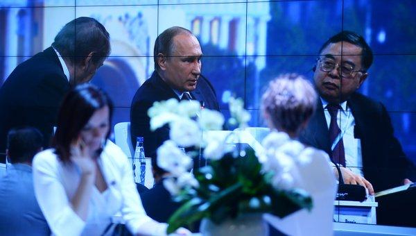 Трансляция выступления президента РФ Владимира Путина на панельной дискуссии в ходе пленарного заседания XIX Петербургского международного экономического форума