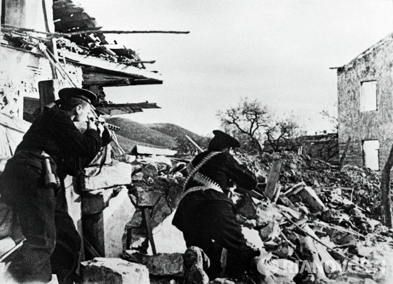 Бойцы морской пехоты сражаются на улицах Севастополя