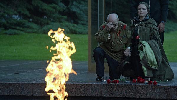 Участники акции Вахта памяти. Вечный огонь 2015 возлагают цветы к Вечному огню в Александровском саду в Москве