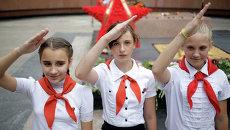 Дети в пионерских галстуках на улице Симферополя. Архивное фото