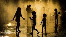 Дети играют в фонтане. Архивное фото