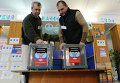 Члены территориальной избирательной комиссии на избирательном участке в школе № 1 города Донецка