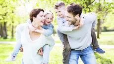 Семейная пара с детьми. Архивное фото