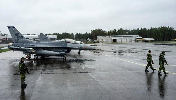Американские истребители на аэродроме в Швеции во время учений войск НАТО в Балтийском регионе. Июнь 2015