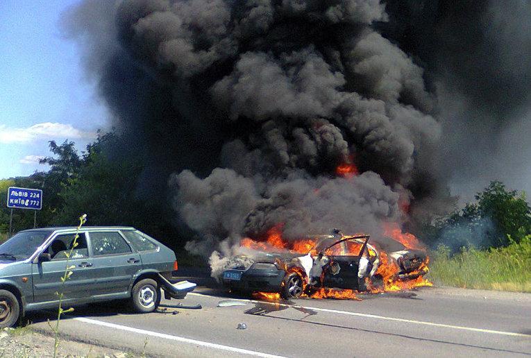 Полицейская машина горит в Мукачево, Украина