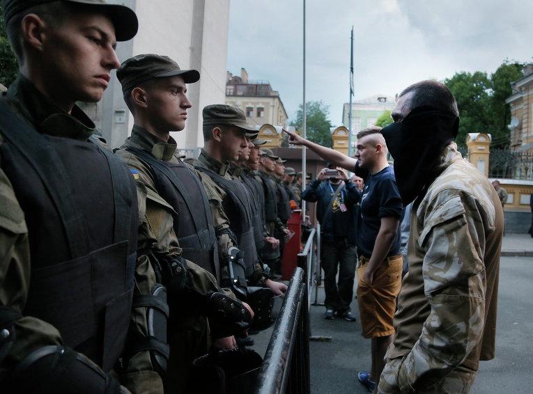Полицейские и активисты Правого сектора возле здания администрации президента в Киеве, Украина