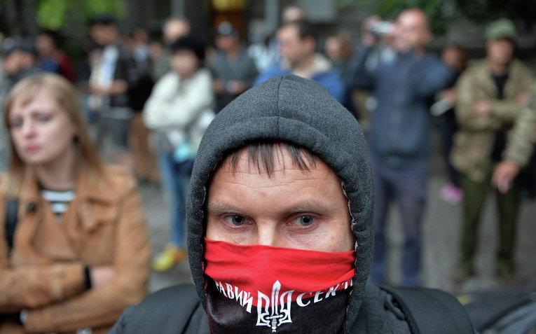 Активист Правого сектора возле здания администрации президента в Киеве, Украина