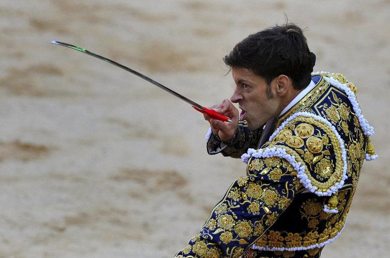 Испанский матадор во время фестиваля Сан-Фермин в Памплоне, Испания