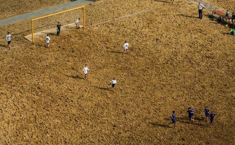 Дети играют в футбол в Нижнем Новгороде.