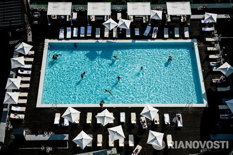 Вид из окна на бассейн на территории отеля Hyatt в Сочи