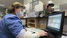 Сотрудница регистратуры в поликлинике. Архивное фото