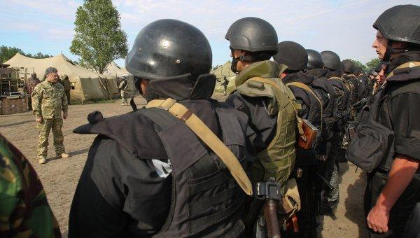 Президент Украины Петр Порошенко с бойцами Национальной гвардии