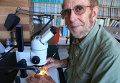 Джеймс Кеннетт изучает образец породы