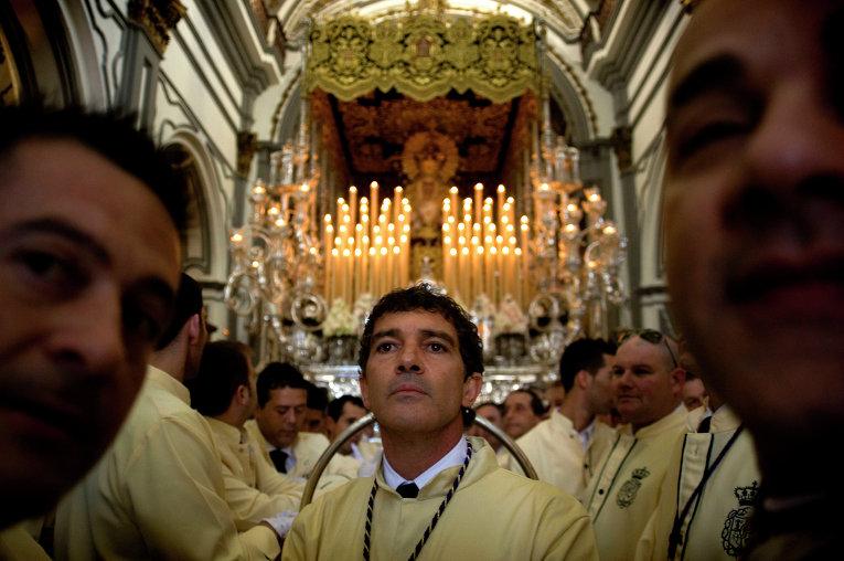 Испанский актер Антонио Бандерас в храме во время пасхальной недели