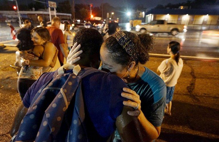 Женщины обнимают друг друга во время протестов в Фергюсоне, США