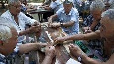 Пенсионеры играют в домино в парке города Евпатория. Архивное фото