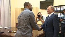 Американский боксер Джонс объяснил Путину, зачем ему российский паспорт