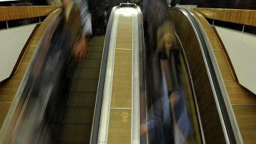 Пассажиры едут на эскалаторе. Архивное фото