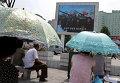 Жители Пхеньяна смотрят пропагандистский фильм на улице города