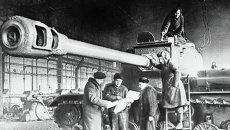 Работники завода готовят тяжёлый танк ИС для отправки на фронт