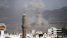 Дым над столицей Йемена Саной после налета ВВС коалиции арабских стран, 5 сентября 2015 года