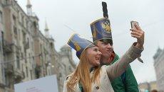 Горожане делают селфи во время празднования Дня города на Тверской улице в Москве