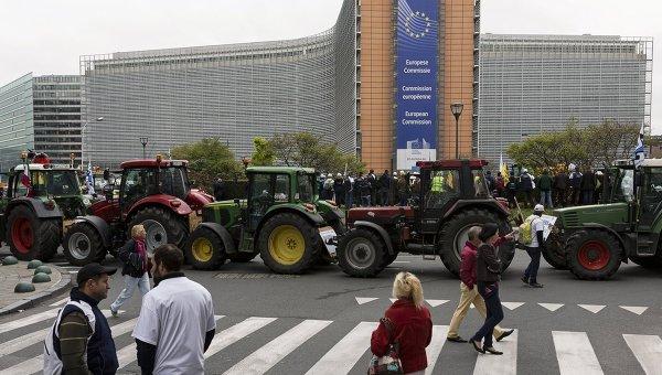 Участники акции протеста фермеров на площади перед зданием Совета ЕС в Брюсселе. Архивное фото