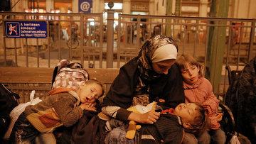 Беженцы из стран Ближнего Востока на железнодорожном вокзале Келети в Будапеште. Архивное фото