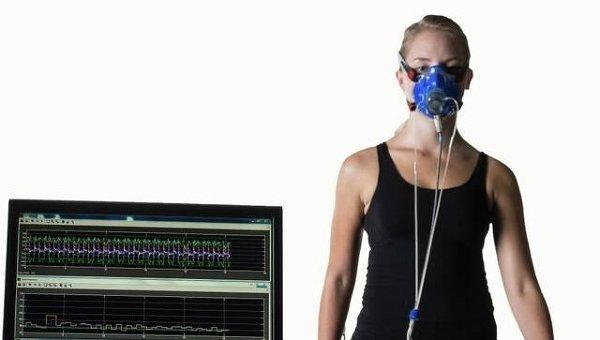 Участник эксперимента в экзоскелете