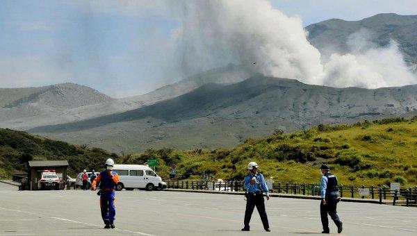 Извержение вулкана Асо на юге Японии, 14 сентября 2015