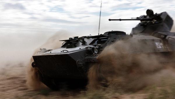 Плавающий бронетранспортёр МТ-ЛБ во время стратегических командно-штабных учений Центр-2015 в Астраханской области