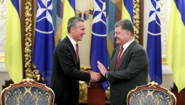 Президент Украины Петр Порошенко и генеральный секретарь НАТО Йенс Столтенберг. Архивное фото