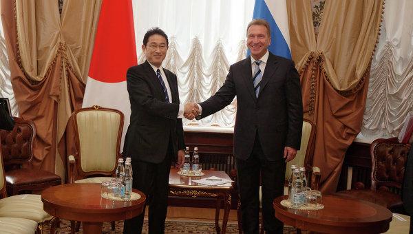 Первый вице-премьер правительства РФ Игорь Шувалов и глава МИД Японии Фумио Кисида