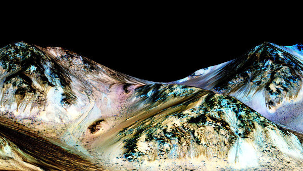 Одна из темных полос на склоне кратера Гейл (в центре), где работает марсоход Curiosity