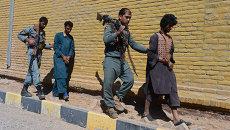 Афганские полицейские ведут захваченных в плен талибов в городе Герат. Архивное фото