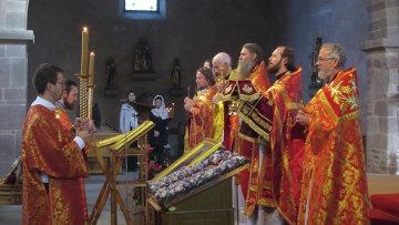 Православное богослужение в праздник Веры, Надежды, Любови и Софии в католическом храме святого Трофима в Эшо, Франция
