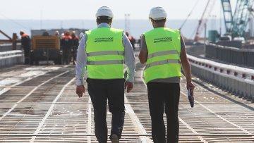 Сотрудники Росавтодора на временном мосту для технических нужд, который устанавливают перед началом строительства Керченского моста в окрестностях порта Тамань. Архивное фото