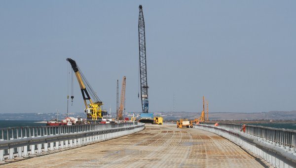 Установка временного моста для технических нужд перед началом строительства Керченского моста в окрестностях порта Тамань. Архивное фото
