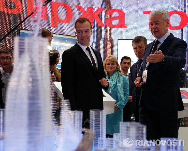 Председатель правительства России Дмитрий Медведев и мэр Москвы Сергей Собянин во время осмотра стендов инвестиционного форума Сочи-2015