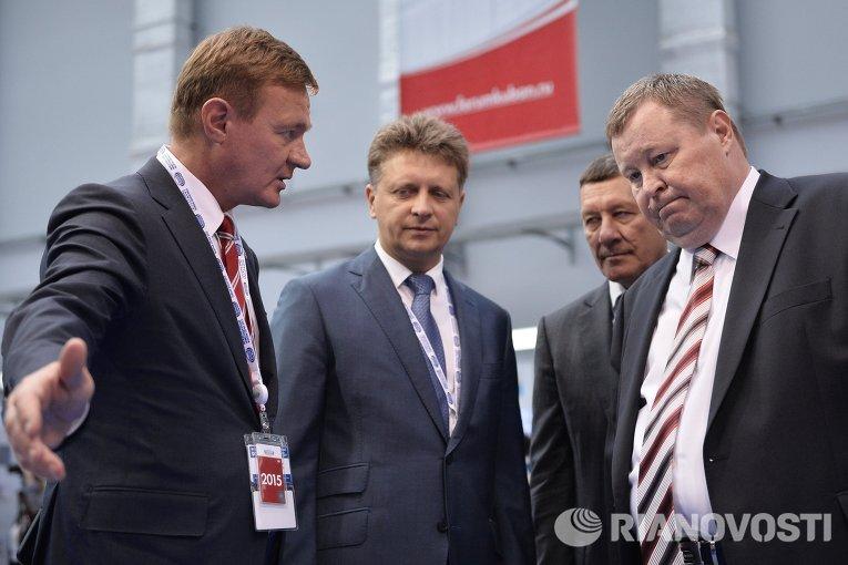 Министр транспорта РФ Максим Соколов (второй слева) на Международном инвестиционном форуме Сочи-2015